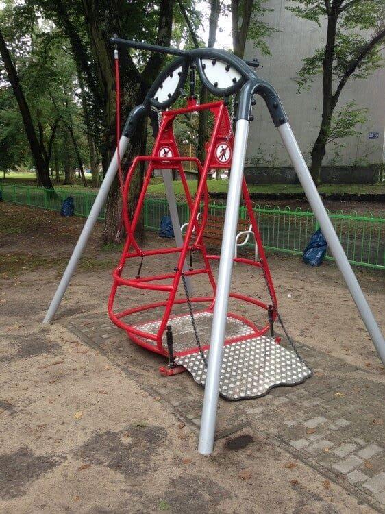 liikuntaesteisen-keinu-saturn-inter-play