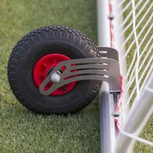 Jalkapallomaalin siirtorenkaan kiinnittäminen