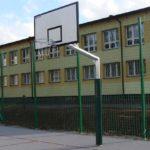maahan-upotettava koripalloteline-coma-sport-K-121-1-1-koulun-pihalle