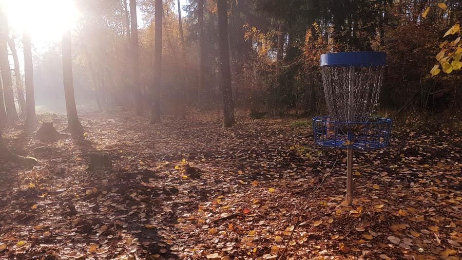 Frisbeegolf korin asentaminen
