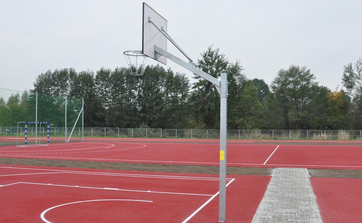 Maahan upotettavat koripallotelineet