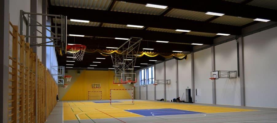 Seinään kiinnitettävät koripallotelineet